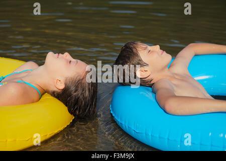 Mädchen, Steg, springen, Ring, Hüpfburg, junge, See - Stockfoto