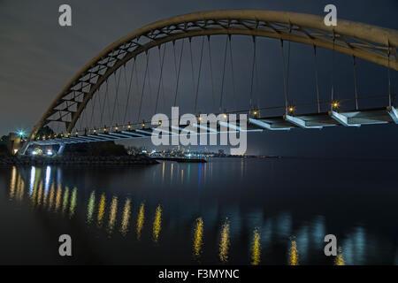 Humber Bay-Bogen-Brücke mit der Innenstadt von Toronto in Ferne zu sehen. - Stockfoto
