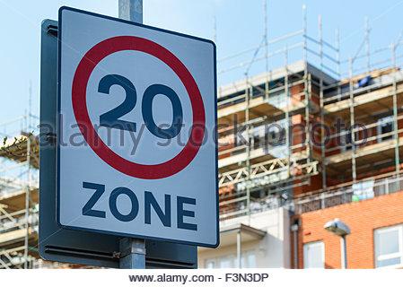 20 km/h Geschwindigkeit Zeichen, Poole, Dorset, England UK - Stockfoto