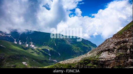 Stau von Autos auf der Rohtang La pass, Höhe 3.978 m (13.050 ft) Himachal Pradesh, Indien. Dieser Pass ist eine - Stockfoto