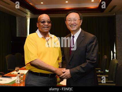 Johannesburg, Südafrika. 10. Oktober 2015. Südafrikas Präsident Jacob Zuma (L) schüttelt die Hand mit dem Besuch - Stockfoto