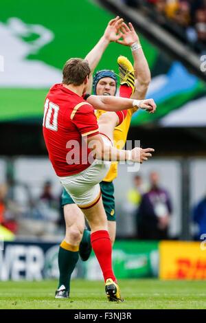 Twickenham Stadium, London, UK. 10. Oktober 2015. Rugby World Cup. Australien V Wales. Dan Biggar Wales löscht seine - Stockfoto