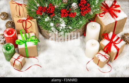 Weihnachtsdekoration Geschenk-Boxen mit brennenden Kerzen. Draufsicht mit Textfreiraum Stockfoto