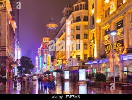 Fußgängerzone zu Fuß einkaufen Nanking Straße Straße in Shanghai, China, in der Nacht mit hell durch Neonröhren - Stockfoto