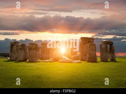 Die untergehende Sonne über Stonehenge, Wiltshire, England.