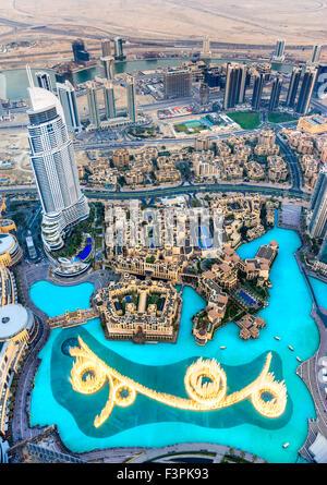 Skyline von Dubai in der Abenddämmerung, Vereinigte Arabische Emirate. - Stockfoto