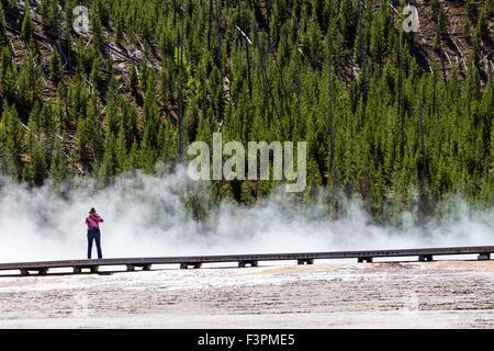 Die Besucher des Parks gehen auf der Promenade entlang Grand Bildobjekte Frühling, Midway Geyser Basin, Yellowstone - Stockfoto