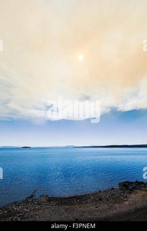 Rauch von einem kontrollierten Waldbrand über Yellowstone See; Yellowstone-Nationalpark; Wyoming; USA - Stockfoto