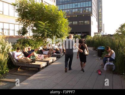 Besucher auf der High Line Park in Manhattan, New York, USA. - Stockfoto