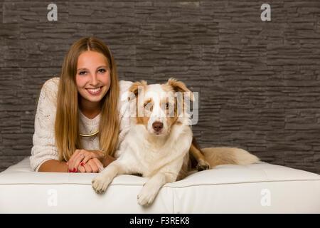 Junge Frau mit Border Collie - Stockfoto