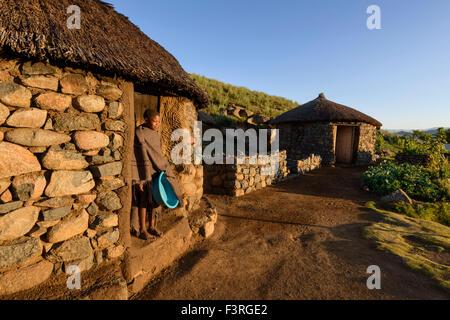 Basotho-Hirte in traditionellen Behausung, Lesotho, Afrika - Stockfoto