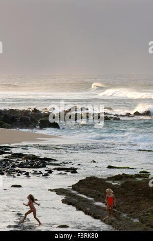Mädchen in Ho'okipa Strand playin. Maui. Hawaii. Ho'okipa Beach Park gehört zu den Top-Spots für Ozean-Sport und - Stockfoto