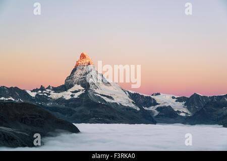 Matterhorn mit Wolken bei Sonnenaufgang, Schweiz - Stockfoto