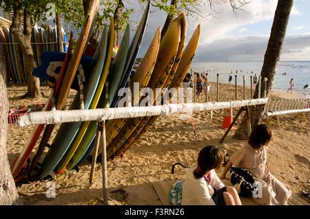 Surfbretter am Strand von Waikiki Beach. O' ahu. Hawaii. Waikiki ist berühmt für seine Strände und jedes Zimmer - Stockfoto