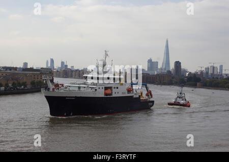 "London, UK. 12. Oktober 2015. Die National Oceanography Centre Royal Forschung Schiff (RRS) ""Entdeckung"" überlässt - Stockfoto"