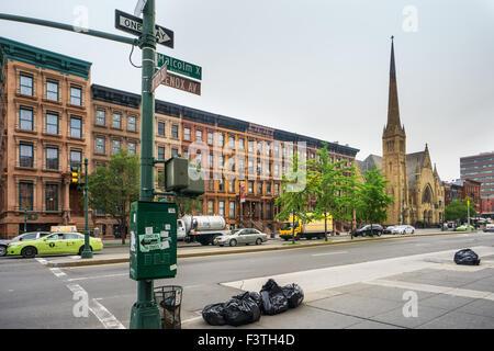NEW YORK, USA - 16. Juni 2015: Malcolm X Boulevard im Stadtteil Harlem. Harlem ist ein großes Stadtviertel im Norden - Stockfoto