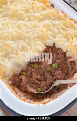 Cottage Pie oder Shepherd es Pie ein Hackfleisch Fleisch und Gemüse Pie mit einem Topping aus Kartoffelpüree - Stockfoto