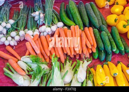 Verschiedene Gemüse zum Verkauf auf dem Markt - Stockfoto