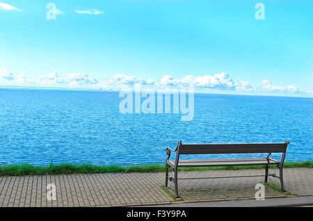 Die einsamen Bank direkt am Meer. - Stockfoto