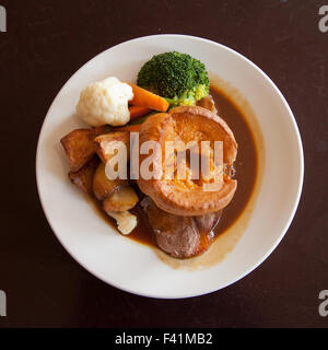Roastbeef Abendessen Mittagessen am Sonntag mit Yorkshire Pudding - Stockfoto