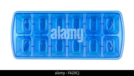 Draufsicht der blauen Kunststoff Eiswürfelbehälter isoliert auf weiss - Stockfoto