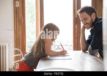 Vater Tochter Praxis schreiben helfen - Stockfoto