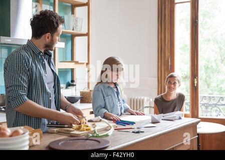Familie verbringt viel Zeit zusammen in Küche - Stockfoto