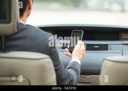 Mit Smartphone während der Fahrt - Stockfoto