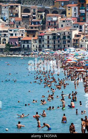 Strand goers am populären Strand von Scilla, Kalabrien Italien. - Stockfoto