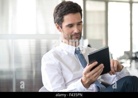 Geschäftsmann mit digitalen Tablet - Stockfoto