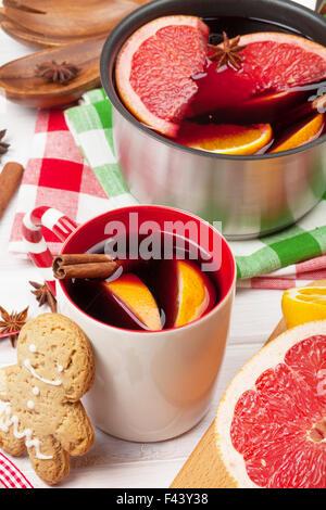 Weihnachten-Glühwein am Holztisch closeup - Stockfoto