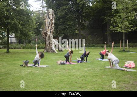 Frauen Yoga-Kurs, Schlossgarten hinter Palast Noordeinde, den Haag, Niederlande. - Stockfoto