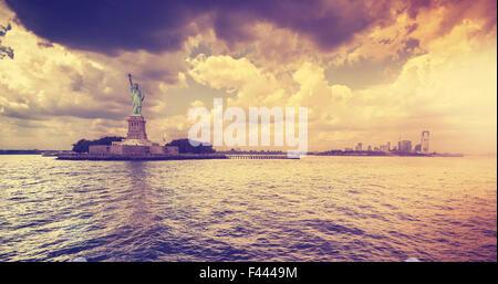 Vintage-Stil-Statue of Liberty mit dramatischen Sonnenuntergang, New York, USA. - Stockfoto