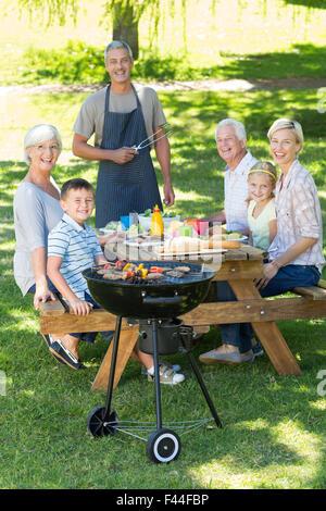Glückliche Familie mit Picknick im park - Stockfoto