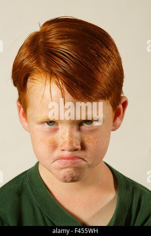 Modellieren ein Stirnrunzeln, stellt ein selbstbewusste Rothaarige fünf Jahre alter Junge in einem Studio in Laguna - Stockfoto