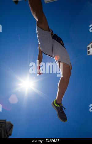 Mann tut Parkour in der Stadt - Stockfoto