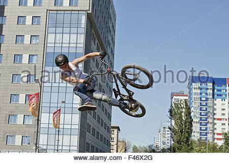 BMX-Radfahrer führt einen Stunt-Sprung - Stockfoto