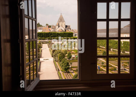 Die Gärten am Chateau de Villandry, Frankreich, durch ein offenes Fenster - Stockfoto