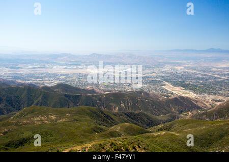 Der Blick über San Bernardino von Hwy 18 auf eine klare, heißen Sommertag in Los Angeles, Kalifornien, USA - Stockfoto