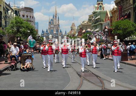 Suchen Sie die Main Street Richtung Cinderella Castle im Magic Kingdom, Walt Disney World, Orlando, Florida, USA - Stockfoto