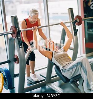 20-24 Jahre 70 bis 74 Jahren 75-79 Jahren Aktivität Erwachsene nur Sportler Bodybuilding Farbe Bild Seniorin Ausübung - Stockfoto