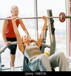 20-24 Jahre 70-74 Jahre 75-79 Jahren Aktivität Erwachsene nur Sportler Bodybuilding Farbe Bild Seniorin Ausübung - Stockfoto