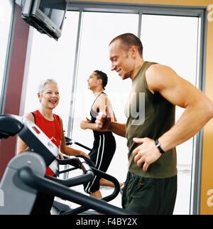 20-24 Jahre 70-74 Jahre 75-79 Jahren Aktivität Erwachsene nur Sportler Bodybuilding Farbe Bild älterer Mann ältere - Stockfoto