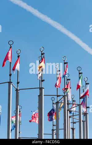 Reihe von Nationalflaggen gegen blauen Himmel - Stockfoto