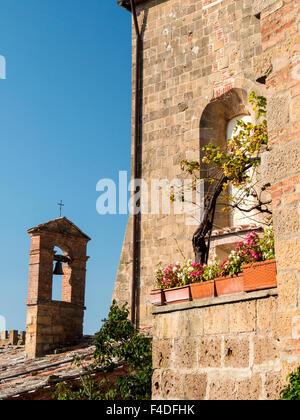 Europa, Italien, Toskana, Monticchiello. Glockenturm der Kirche in der mittelalterlichen Stadt von Monticchiello. - Stockfoto