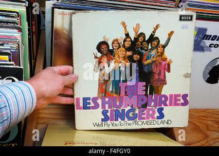 Schallplatte der 1970er Jahre Musikgruppe The Les Humphries Singers in einem Second Hand Laden. - Stockfoto