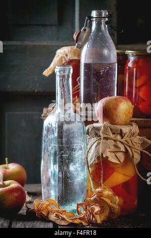 Sammlungssatz für viele hausgemachte Gläsern mit Essen (Gurken, Tomaten, Paprika), mit Knoblauch und frisch konserviert - Stockfoto