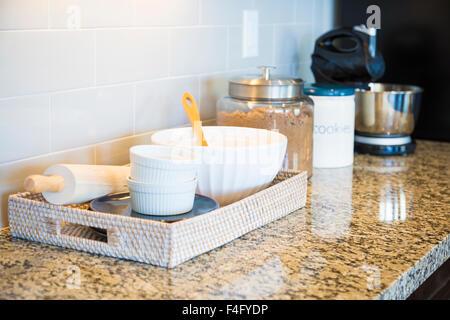 Schöne Küche mit Granit Arbeitsplatte in einem luxuriösen Haus ...