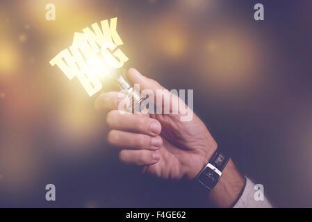 Denken Sie großes Geschäft Ideen visuelle Metapher, Geschäftsmann mit Glühbirne, Retro-getönten Bild, selektiven - Stockfoto