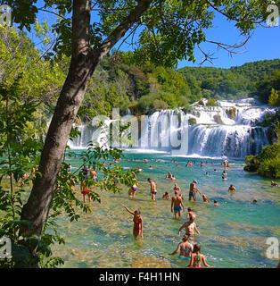 KRKA, Kroatien - Touristen genießen Sie ein Bad im Krka Wasserfälle, herrliche Natur in der Nähe von Sibenik. - Stockfoto